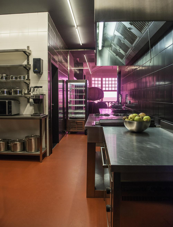 De Rotonde, Westende, Zicht op de professionele uitgeruste keuken