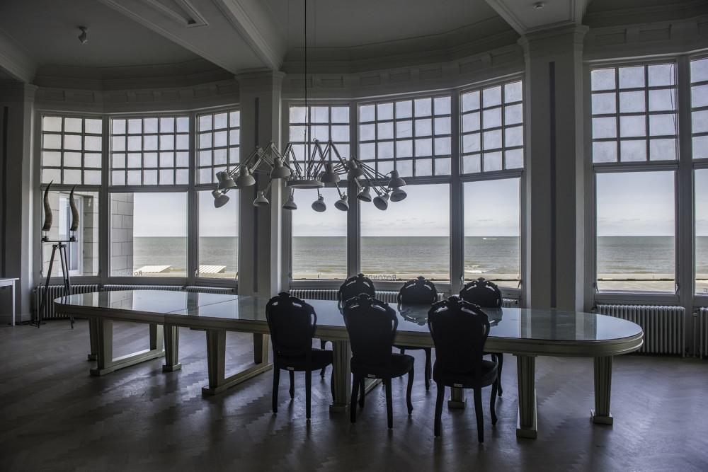 De Rotonde, Westende. De ruime leefruimte met statische grote eettafel en een prachtig zicht op zee.