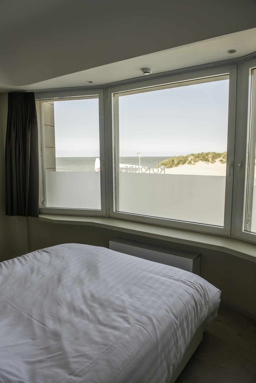 De Rotonde, Westende. Zicht op zee vanuit 1 van de 7 slaapkamers.